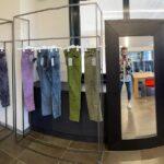 Jeans colorati dalla tintoria di Lavanderia Adriatica.